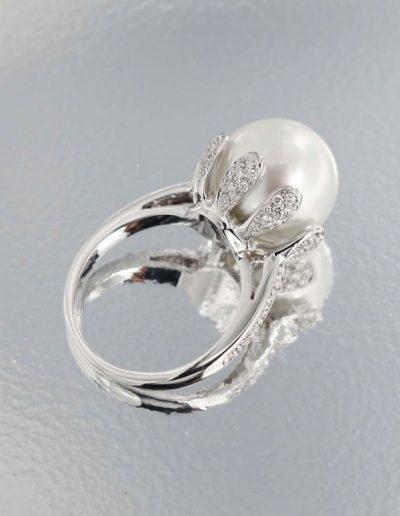 Anello in Oro con Perla Australiana e Diamanti